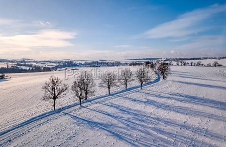 winterlandstrasse an einem sonnigen frostigen tag