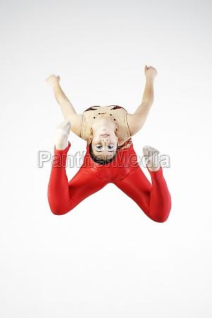 portraet einer turnerin beim springen