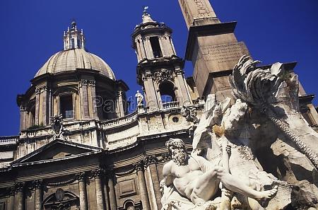 statue vor einem gebaeude rom italien