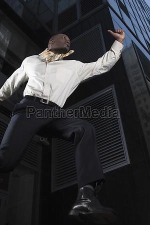 low winkel ansicht eines geschaeftsmannes springt