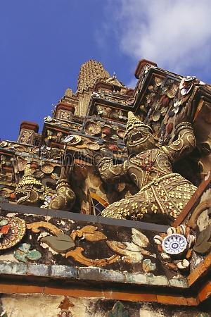 flachwinkelansicht eines tempels wat arun bangkok