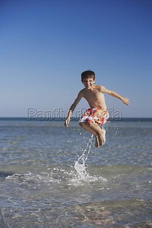 junge springt ins meer