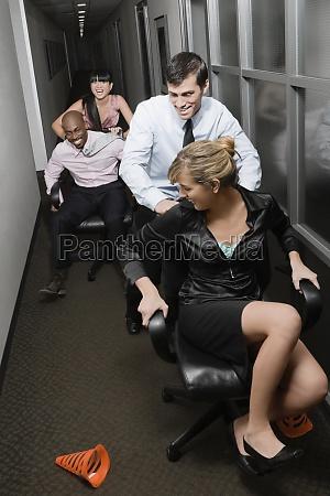 bueroangestellte spielen in einem buero
