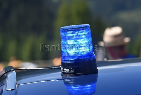 blaulichtsignal an einem polizeiauto