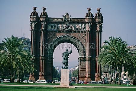 statue in einem park barcelona katalonien