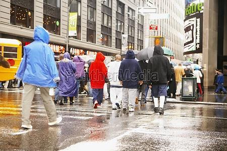 touristen beim UEberqueren der strasse new
