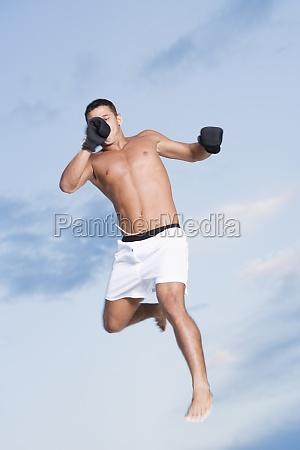 flachwinkelansicht eines jungen mannes beim springen