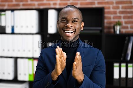 afroamerikanischer geschaeftsmann applaudiert
