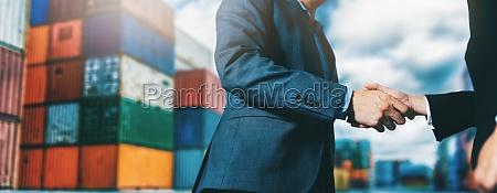 export und importgeschaeft geschaeftsleute handshake am
