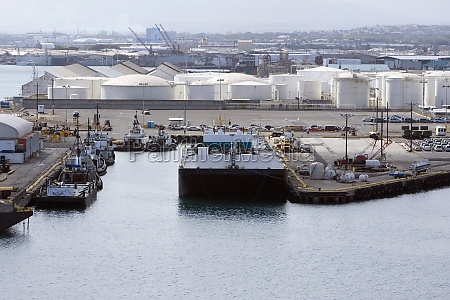 containerschiff an einem kommerziellen dock