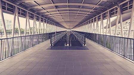 moderner gehweg der rolltreppe vorwaerts und