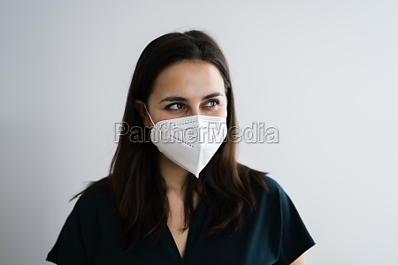 rezeptionistin frau in medizinische gesichtsmaske