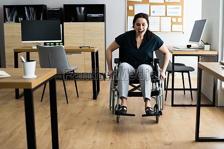 behinderte behinderte geschaeftsfrau im rollstuhl