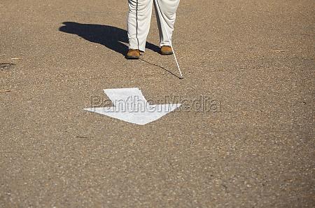 blinde person nach einem pfeil