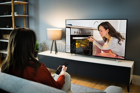 frau schaut tv film im haus