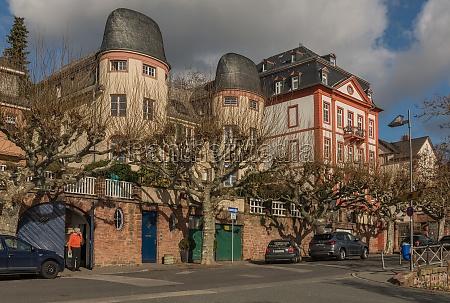 historisches gebaeude am mainufer in frankfurt