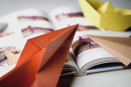 closeup eines buches mit papierbooten