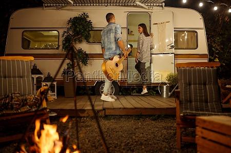 liebespaar mit gitarre romantisches picknick camping