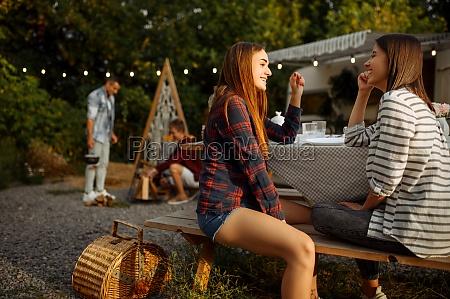 junge freunde entspannen beim picknick auf