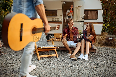 freunde ruhen sich mit gitarre beim
