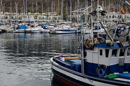 schiffe im hafen von mogan anlegen