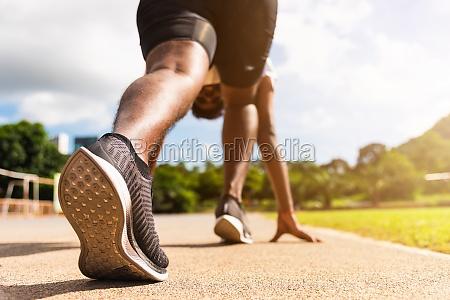 sportlaeufer schwarzer mann aktiv bereit lauftraining