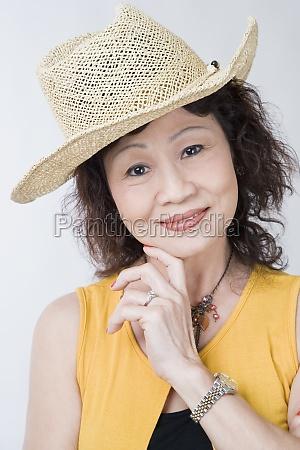 portraet einer seniorin die mit der