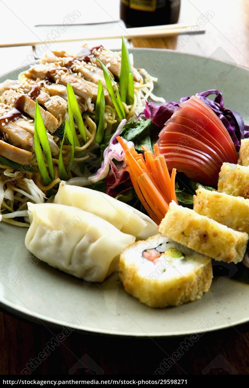nahaufnahme, von, sushi, mit, chinesischen, knödeln - 29598271