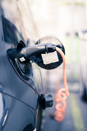 charching eines elektroautos mit stromkabelanschluss eingesteckt