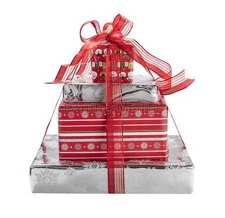 studio aufnahme von stapel von weihnachtsgeschenken