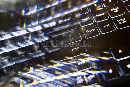 nahaufnahme der verschwommenen computertastatur
