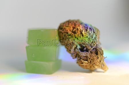 stapel essbarer cannabisgummis und cannabisknospe