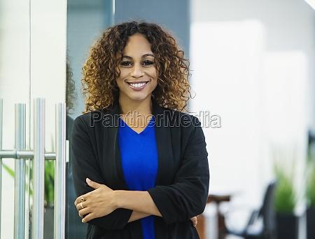 portraet einer laechelnden geschaeftsfrau im amt
