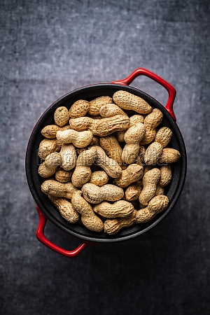 geroestete erdnuesse leckere erdnuesse im topf