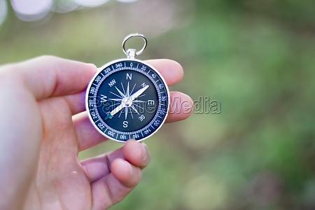 abenteuer kompass in der hand des