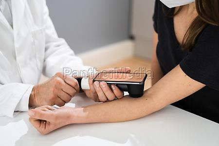 arzt, untersucht, pigmentierte, haut, des, patienten - 29613255