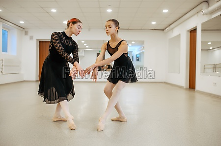 lehrer probt mit jungen ballerina im