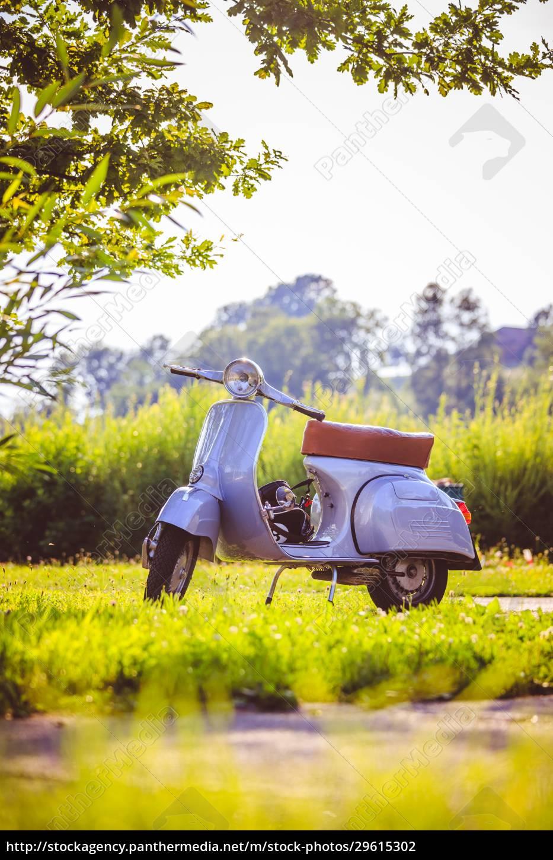 sommerliche, jugendkultur:, blauer, roller, parkt, auf - 29615302