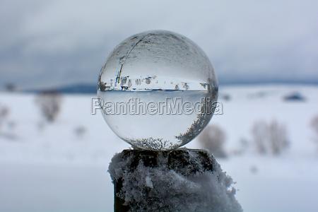 schneebedeckte landschaft spiegelt sich in einem