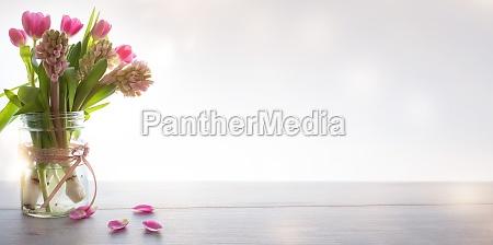 fruehlingsblumen auf modernem hintergrund