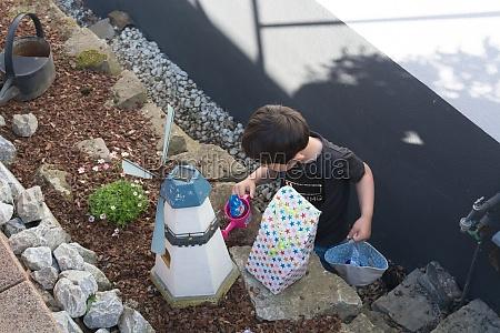 ein kind auf der suche nach