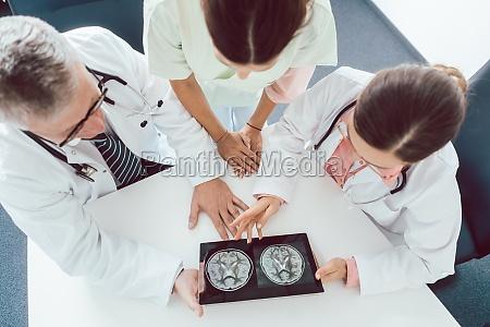 team von AErzten und krankenschwestern bei