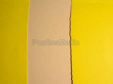 gerissene kanten aus gelbem karton auf