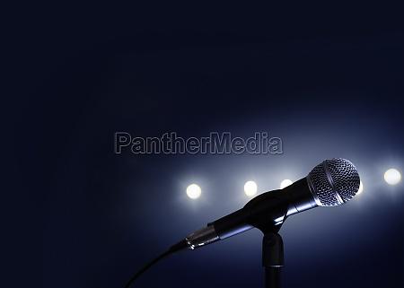 mikrofon und buehnenleuchten
