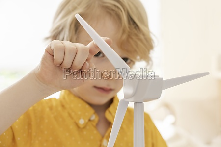 junge 6 7 spielt mit windkraftmodell