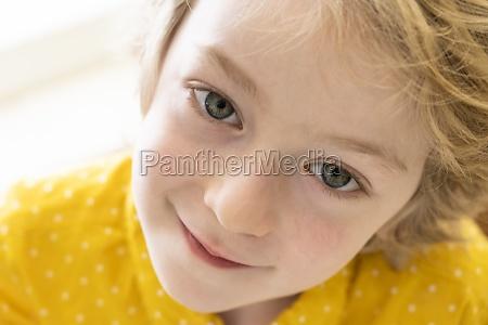 portraet eines laechelnden jungen 6 7