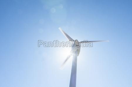 flachwinkelansicht der windkraftanlage gegen blauen himmel