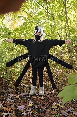 maedchen 8 9 traegt halloween kostuem