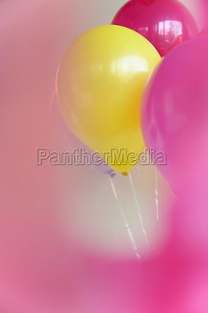 buendel von bunten luftballons