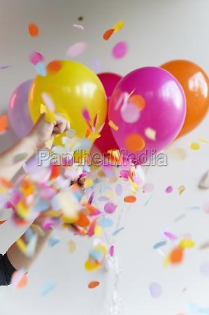 hand halten bund von bunten ballons